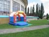 Návštevníkov, ktorí v letných mesiacoch využívajú aj areál mestskej krytej plavárne, poteší nová atrakcia. Nafukovací hrad budú môcť hneď po odovzdaní vyskúšať tí najpovolanejší – deti.