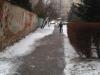 Bohaté snehové zrážky dali v minulom týždni zabrať aj chodcom. Na viacerých úsekoch chodníkov sa šmykľavému povrchu vyhnúť jednoducho nedalo.