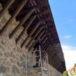 Od minulého týždňa sa na Hradbovej ulici pracuje. Drevené zábradlie historického múra dostáva nový šat – ochranný náter. Práce sú limitované aj poveternostnými podmienkami, no ukončenie prác sa predpokladá na koniec budúceho týždňa. MČ za sanáciu zábradlia zaplatila 2460 €.