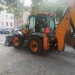 """Dvor známy ako Malá Praha je od dnešného dňa o čosi krajší. Naša mestská časť v súčinnosti so Správou mestskej zelene si """"posvietila"""" na výtlky na prístupovej komunikácii ku miestnym garážam. Aktuálne sú už upravené."""