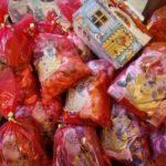Všetko je o ľuďoch. A tí na staromestskom úrade majú veľké srdcia. Zamestnanci vyzbierali sladkosti do mikulášskych balíčkov pre detičky zo sociálne slabších rodín. Dnes sme do Charity Shopu na Mlynskej 17 odniesli fajnotky pre 25 deťúreniec, ktoré si nebudú čistiť čižmičky nadarmo. Prispieť sladkosťami priamo v Charity Shope môže ktokoľvek ešte do 3. decembra, […]