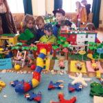 """Ešte sa niekoľkokrát vyspať asú tu prázdniny! Posledné dni školského roka boli odnepamäti plné nedočkavosti iradostného vzrušenia. LEGO výstava ,ktorá sa konala vradničnej sále vspolupráci siedmych staromestských materských škôl bola toho dôkazom. Šikovné detské rúčky spomocou svojich p. učiteliek dotvorili rôzne LEGO scenérie na témy: """"hrady azámky, vZOO, pri mori , kúpalisko, v tábore, […]"""