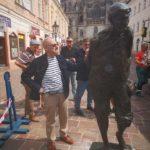 """Po úraze nohy, ktorý jej spôsobil neopatrný vodič, musela byť tristo kilogramová socha prevezená do zlievarenskej dielne pri Štúrove. Od včera je späť na svojom mieste a v plnej kráse. Tešil sa jej autor profesor Juraj Bartusz i prednosta MČ Staré Mesto Matúš Háber, ktorý odvoz, opravu a prívoz zorganizoval. """"Autor je vždy rád, […]"""