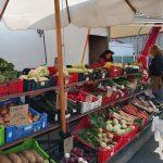 """HNEĎ BY SME """"PĽAC"""" NA DOMINIKÁNSKOM OTVORILI, ALE…HYGIENA VRAVÍ STOP! Sme v denno dennom kontakte s trhovníkmi, záhradkármi, ktorí by radi popredali na najobľúbenejšom trhovisku v meste priesady, zeleninku, ovocie, medík, orechy, kvietky na balkóny…Volajú nám na úrad, stretávame ich na trhovisku, evidujeme aj záujem občanov, ktorí by si otvorenie trhu želali. Starosta Igor Petrovčik, […]"""