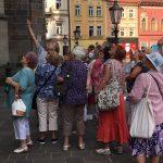 """""""Keď to vnútri nejde, tak poďme von,"""" povedalo si vedenie mestskej časti Staré Mesto aako odpoveď na stále silnejúce žiadosti členov denného centra seniorov omožnosť stretávať sa dohodlo sa so známym košickým sprievodcom Milanom Kolcúnom na potulkách centrom Košíc. Vyhradených len pre staromestských seniorov. Vo štvrtok 6. augusta sa ráno zhromaždili vyše dve desiatky seniorov […]"""